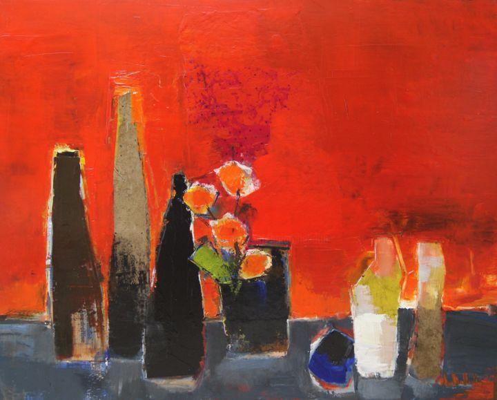Bouteilles et bouquet sur fond rouge
